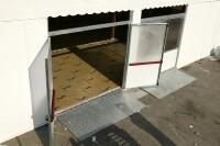 Vista dall'alto di una porta aperta con scivolo