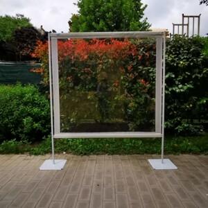 Barriera in PVC trasparente. Il PVC trasparente ha la peculiarità di lasciar filtrare la luce.