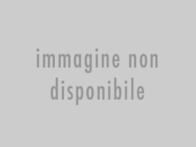 Sala di attesa esterna alla struttura, con adesivi segnapersone sulle sedie