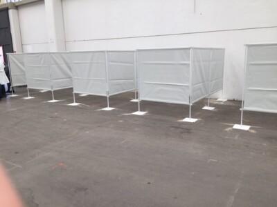 Pannelli divisori utilizzati per creare aree vaccinali separate